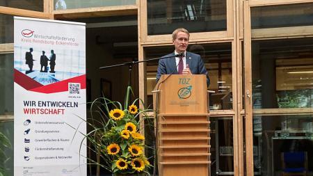 Ministerpräsident Daniel Günther spricht an einem Pult.