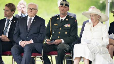 Ministerpräsident Daniel Günther und Bundespräsident Frank-Walter Steinmeier sitzen draußen neben Königin Margrethe II. aus Dänemark.