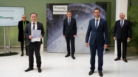 Ministerpräsident Daniel Günther übergibt den Förderbescheid für die Fraunhofer-Einrichtung für Individualisierte und Zellbasierte Medizintechnik.