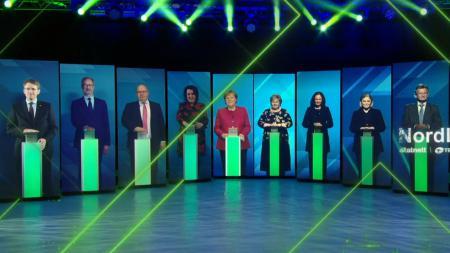 Auf neun Bildschirmen sind Männer und Frauen zu sehen die einen Knopf vor sich drücken. Mit dabei sind unter anderem Ministerpräsident Günther, Bundeskanzlerin Merkel und Bundeswirtschaftsminister Altmaier.