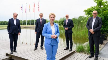 Die Ministerpräsident:innen der norddeutschen Länder stehen gemeinsam zum Gruppenfoto aufgestellt.