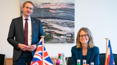 Ministerpräsident Daniel Günther und die Botschafterin des Vereinigten Königreichs und Nordirlands, Jill Gallard, im Amtszimmer des Ministerpräsidenten.